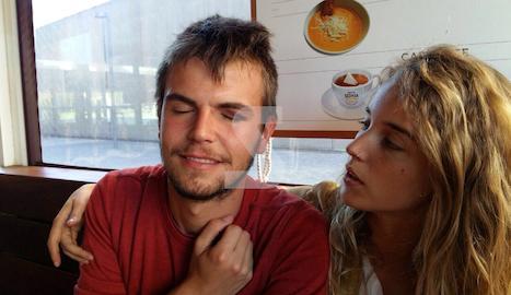Adrià Corbella mostra la lesió a l'ull esquerre, al costat de a seua parella.
