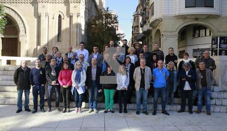 Representants de les 37 organitzacions i col·lectius que formen part de la Taula per la Democràcia a Lleida.
