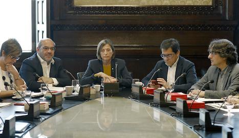 La presidenta del Parlament, Carme Forcadell (centre), durant la reunió de la Junta de Portaveus.
