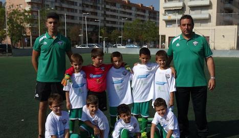 A la dreta, Alberto Millán, amb l'equip prebenjamí C del Balàfia, i l'ajudant, Ayoub (esquerra).
