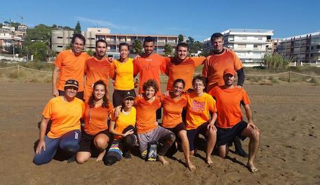 L'equip del Marracos, a la platja de Castelldefels.
