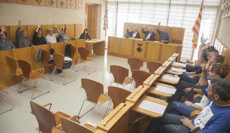 Imatge de la votació d'una de les mocions que es van aprovar ahir al consell comarcal de l'Urgell.