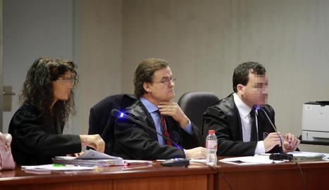 L'advocat acusat, al centre, ahir a l'Audiència de Lleida.