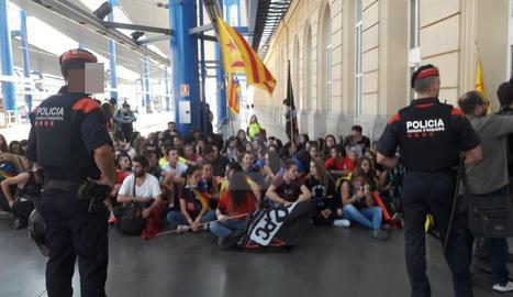 Els estudiants, a l'andana de l'estació de Renfe a Lleida.
