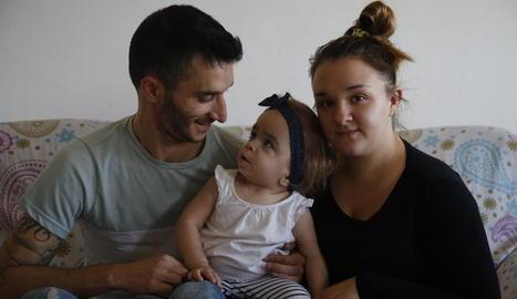 Iván i Bàrbara, divendres passat, amb la petita Nagore, de dos anys.