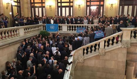Puigdemont, amb consellers i alcaldes al Parlament.