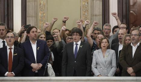 El membres del Govern, diputats i alcaldes, al Parlament després de la proclamació de la República.