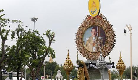 Tailàndia acomiada el rei Bhumibol Adulyadej amb una cerimònia privada