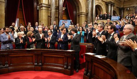Vista dels membres del Govern i de Junts pel Sí aplaudint una vegada aprovada la resolució.