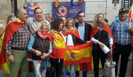 Unes 400 persones es manifesten a la plaça Paeria a favor de la unitat d'Espanya
