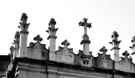 les tres pedretes. La verge de les Tres Pedretes i el basament i la creu que porta el mateix nom.