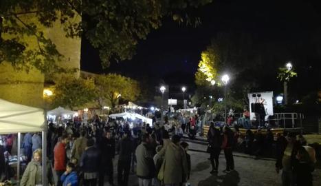 El públic va omplir la plaça on es va instal·lar el Mercat de Pagès