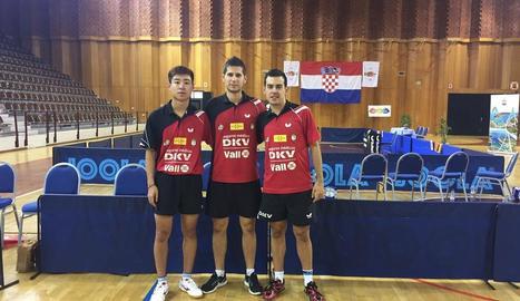Els tres jugadors del DKV Borges, ahir a Dubrovnik.