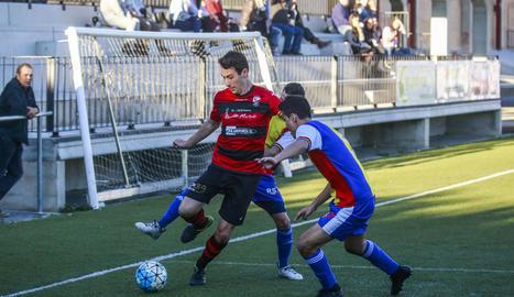 Un jugador de l'EFAC prova de controlar una pilota aèria davant d'un jugador andorrà en el partit d'ahir.