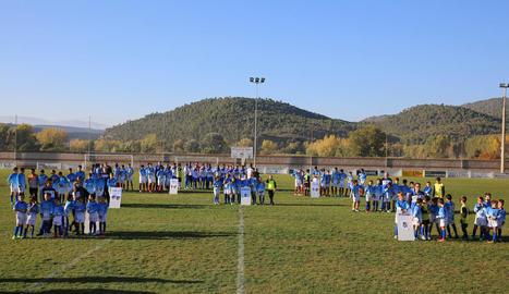 Abans del partit, el CE Ponts va presentar els set equips de futbol base.