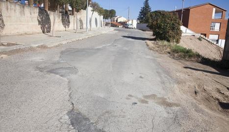 Vista del carrer de la Pau de Tàrrega, amb el paviment deteriorat.