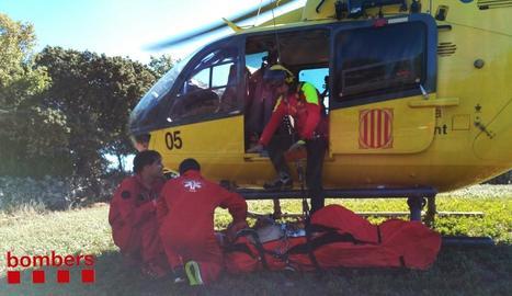 L'helicòpter dels GRAE va rescatar el ferit, que es trobava en un lloc de difícil accés.