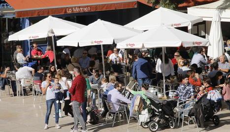 Una de les terrasses de la plaça Sant Joan de Lleida, que ahir al migdia estava plena.