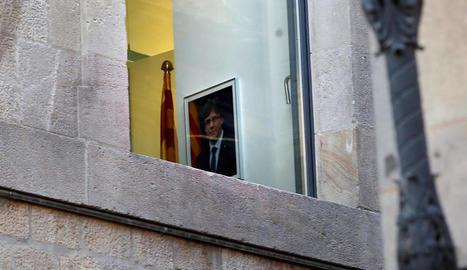 El retrat del president Puigdemont encara col·locat en alguna de les sales del Palau de la Generalitat.