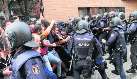 Imatge de les càrregues a la Mariola. Segons la Fiscalia, els votants van agredir els policies.