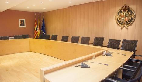 La sala de plens de Tàrrega, amb el retrat de Puigdemont.