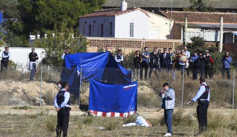 Un atracador (al centre) explica la seua versió ahir al descampat de la Bordeta.