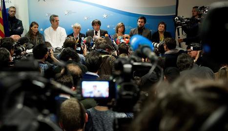 La massiva roda de premsa de Puigdemont i sis membres del seu Govern.