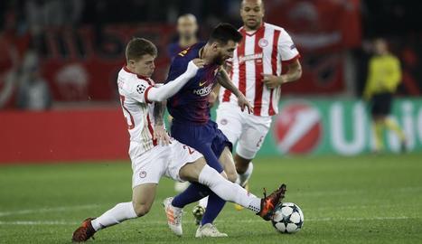 Messi intenta desbordar dos jugadors de l'Olympiacos.