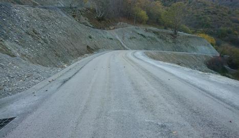 La carretera d'accés a Baiasca, pràcticament acabada a l'espera de la barrera de seguretat.