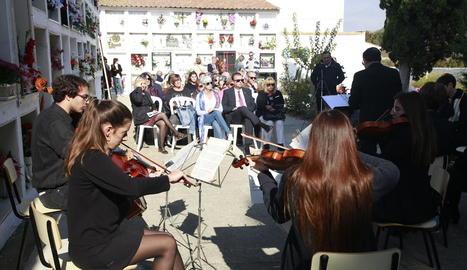 Marc Duran i Aaron Law, alumnes del Conservatori de Lleida, van interpretar diverses peces amb guitarra i violí al cementiri de Lleida.