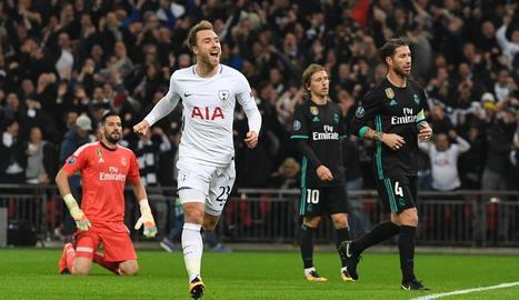 Eriksen celebra el tercer gol del Tottenham davant la desesperació dels jugadors del Madrid.