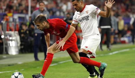 Gabriel Mercado intenta prendre la pilota a Dmitri Kombarov.