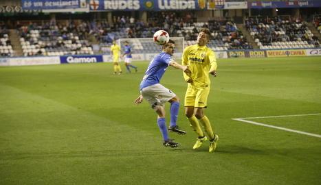 El lateral Aitor Núñez intenta impedir l'avenç d'un jugador del Vila-real B.