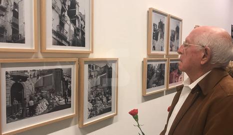Francesc Bataller, supervivent del bombardeig al Liceu Escolar, aquesta tarda a l'exposició de Centelles al Museu Morera.