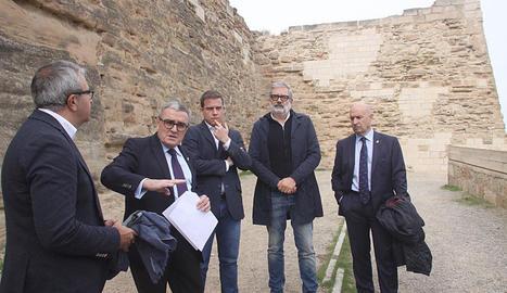 L'alcalde de Lleida i el de Xàtiva (al centre al costat de Ros), visitant el camí de ronda de la Seu.