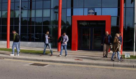 Els sis agents de la Guàrdia Civil, ahir a la sortida de la comissaria dels Mossos a Lleida.