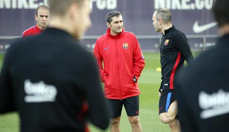 Andrés Iniesta, conversant ahir amb Valverde durant l'entrenament a la Ciutat Esportiva.
