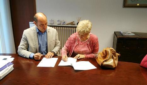 L'alcalde, Jordi Ignasi Vidal, en la firma de la cessió del local.