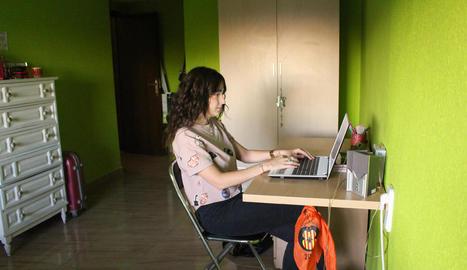 compartir. L'Ana parant taula a Cal Setè, tal com han batejat el pis on viuen ella, la Vanesa, la Melania i la Nerea.