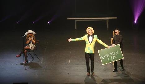 Un moment de l'actuació ahir a la tarda del Mag Lari al Teatre de la Llotja de Lleida, el plat fort de la desena edició de la Tardor Màgica.