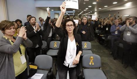 La secretària general d'ERC, Marta Rovira, mostra un cartell amb el nom d'Oriol Junqueras.