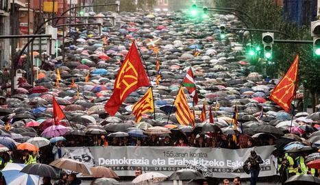 Unes 35.000 persones es van manifestar ahir a Bilbao contra l'aplicació del 155 i a favor del dret a decidir de Catalunya.