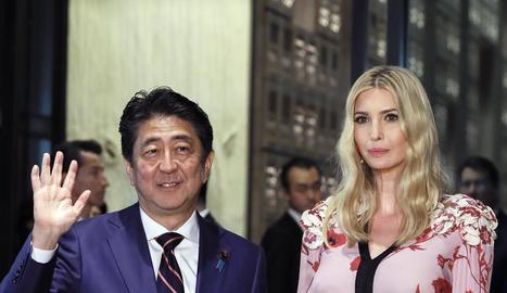 Ivanka Trump, amb el primer ministre japonès, Shinzo Abe.
