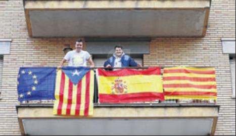 Banderes per a tots els gustos en un mateix balcó