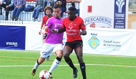 Marc Nierga lluita una pilota davant l'oposició d'un jugador del Formentera.