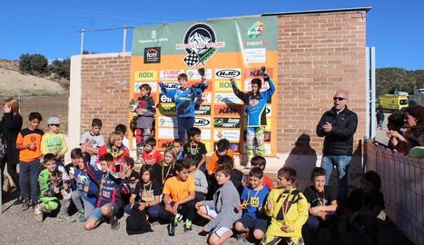 A la imatge, el podi final i la resta de participants de la categoria de MX65.