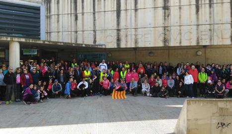 Els participants, a la sortida des del centre cívic de Balàfia.