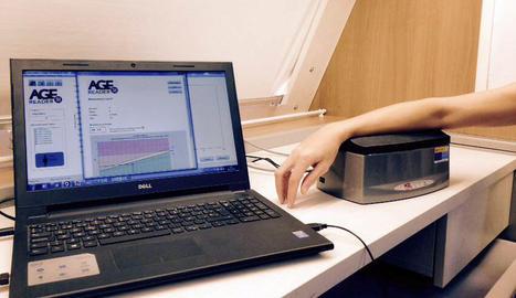 La fluorescència que emeten les AGE es pot mesurar mitjançant un procediment no invasiu que actualment es realitza al Bus de la salut de la Diputació de Lleida.