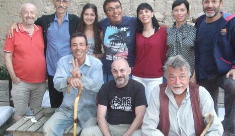 Jaume Felip, al centre dret, envoltat de l'elenc d'actors i l'equip tècnic del curtmetratge.