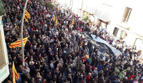 Centenars de persones es van concentrar diumenge davant de l'ajuntament de Vallfogona, el municipi natal de la consellera cessada d'Agricultura, Meritxell Serret, per mostrar-li el seu suport.